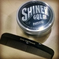 Gaya rambut Pompadour dengan Shiner Gold Pomade