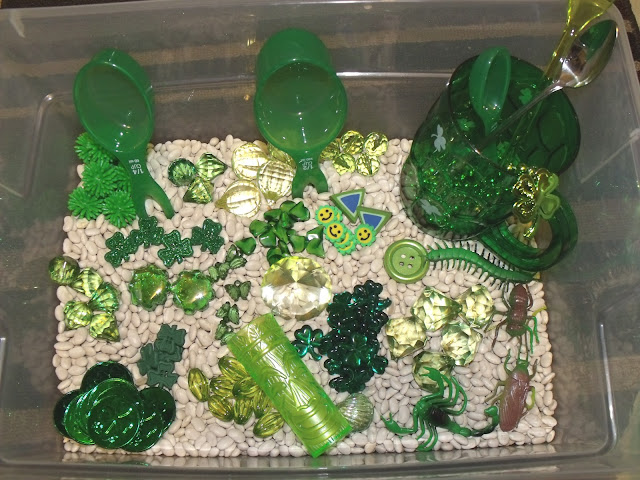 St. Patrick's Day Sensory Bin. Click for more colorful #stpatrick sensory bins