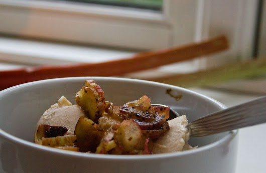 Rabarberis toppet med lakridssyltede rå rabarber