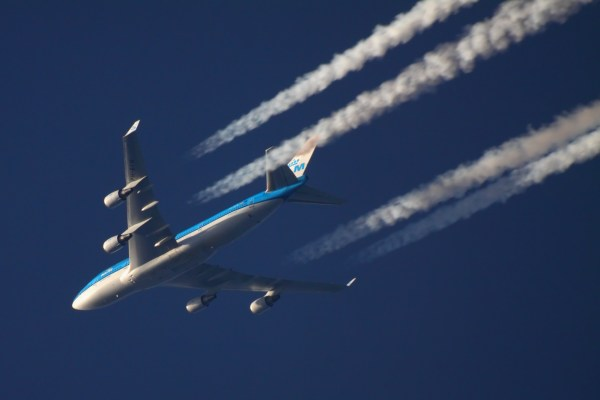 Contrails_of_KLM_Boeing_747-400_over_Khimki_22-Oct-2011