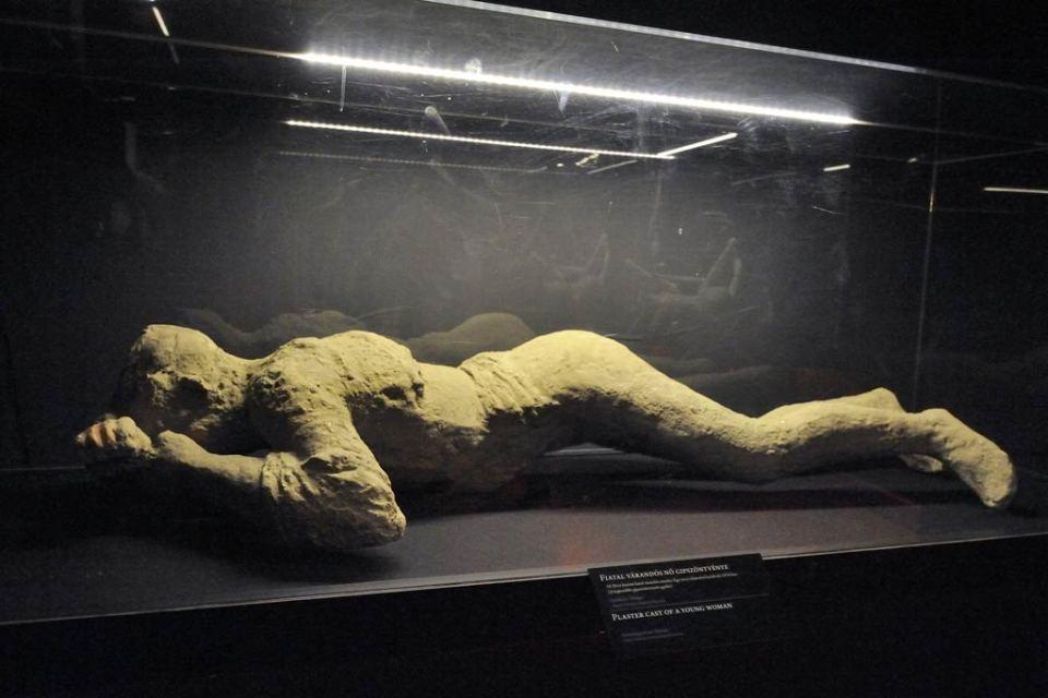 Az ókori Pompejiben a Vezúv kitörésekor életét vesztő, várandós nőről készült gipszöntvény. MTI Fotó: Kelemen Zoltán Gergely