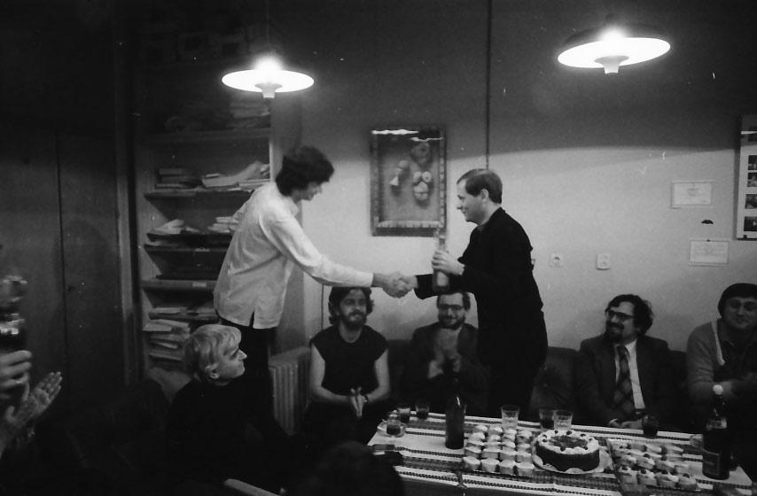 Bereményi Géza Reményi József Tamástól, a kiállítás megnyitójától, átveszi az Aszú-díjat.
