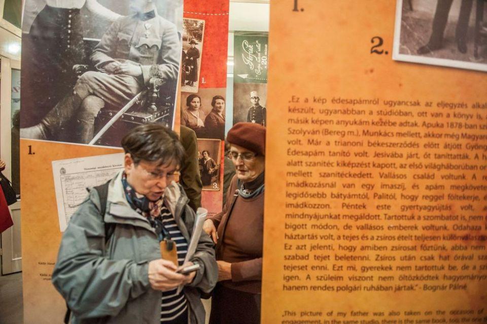Jobbra Kinszki Judit.A kiállítás címét adó történet az ő szüleiről szól (fotó: Bácsi Róbert László)
