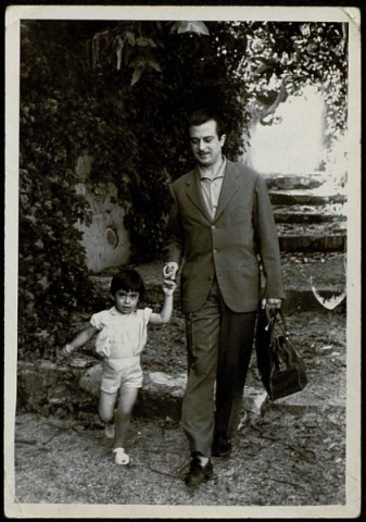 Foto del poeta José de Goytisolo y su hija Julia (1958)