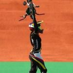 Pajon celebra levantando su bicicleta al ga nar el oro en la carrera BMX en Rio 2016