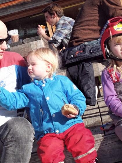 Skifahren mit Hapimag. Mittagspause mit Papa und den Mädels auf der Hütte in der Sonne.