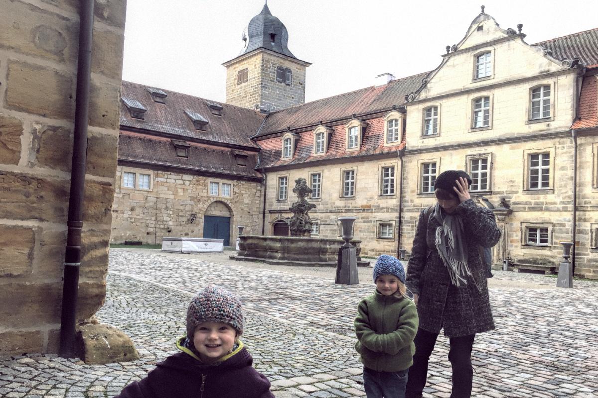 Schlosshotel. Wir drei Mädels im Innenhof des Schlosshotels