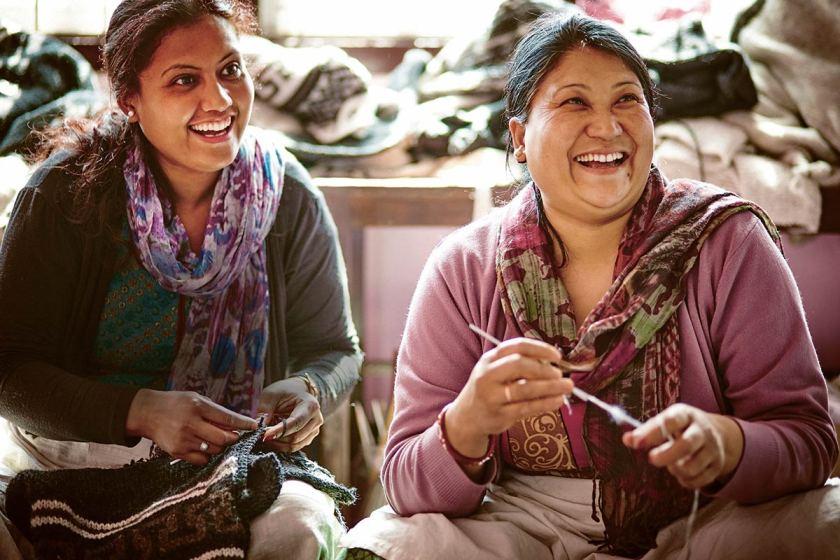 LIFEforFIVE-Nachhaltigkeit Zwei Frauen aus Nepal bei Ihrer Handarbeit für sherpa.