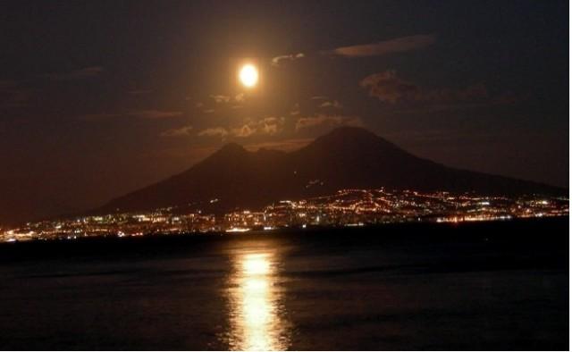 Il-Cielo-visto-dal-Vesuvio-sul-vulcano-nella-Notte-di-San-Lorenzo