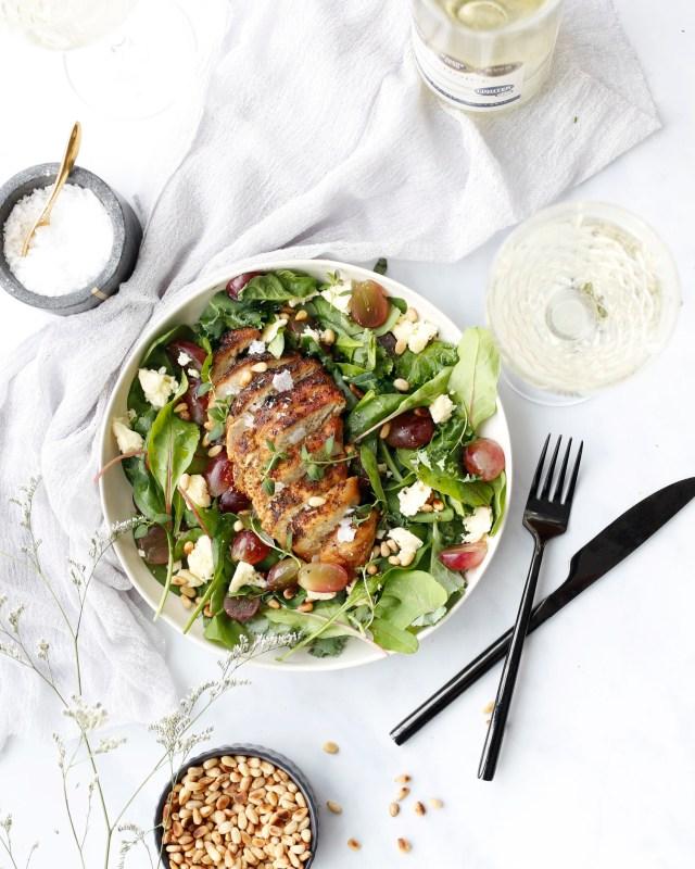 Salat með grilluðum kjúkling, furuhnetum, vínberjum og fetaost kubbi