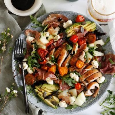 Ferkst salat með grilluðum kjúklingalærum og stökkri parma skinku