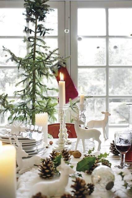 Julepyntet bord hvite dådyr