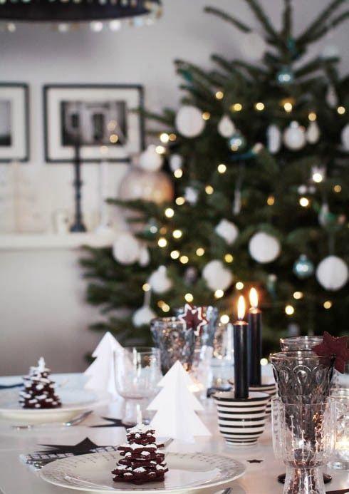juledekket bord med juletre i bakgrunnen