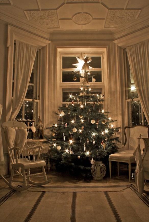 juletre høyt under taket stue