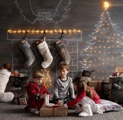 Juletre og peis med kritt på veggen