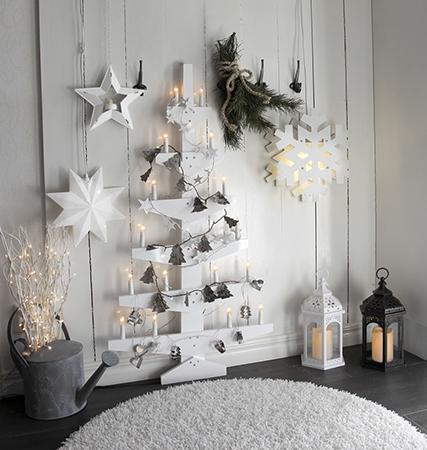 Lyslenke pepperkakeformer på hvitt juletre