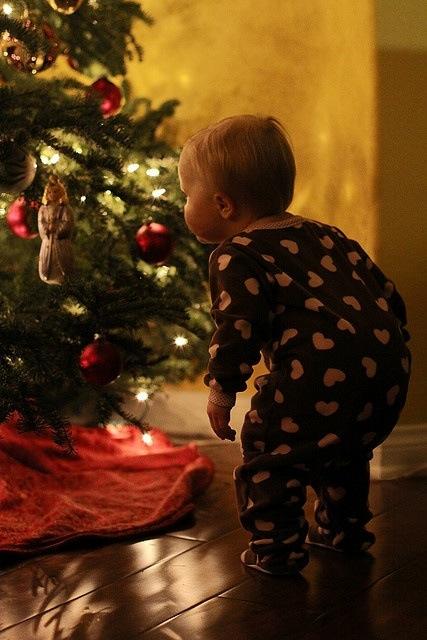 forventningsfull gutt juletre julepynt juletrepynt
