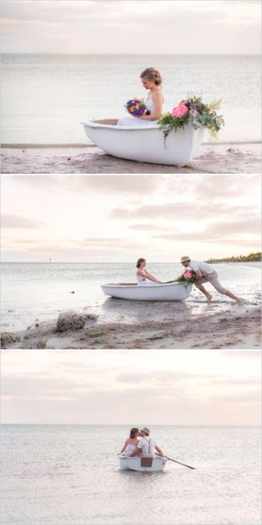 bryllupsfoto brudepar i båt på strand