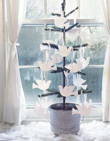 minijuletre-med-duer-i-hvitt