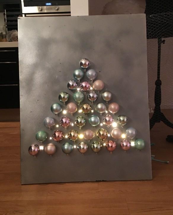 bilde-med-juletre-pa-veggen