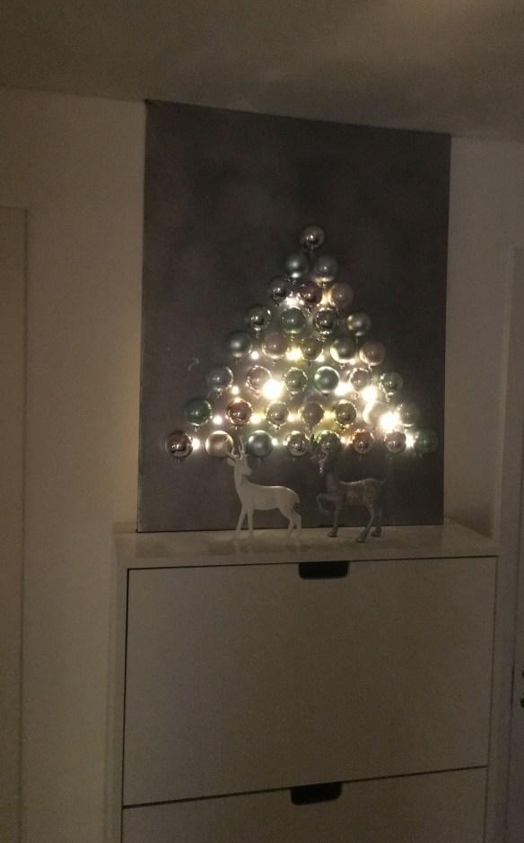 juletre-pa-vegg-med-lys-og-julekuler
