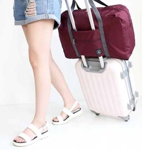 Reisebag til koffert vinrød på koffert miljøbilde woweffekt