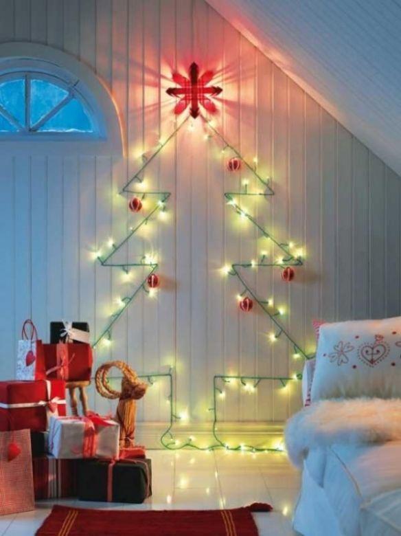 juletre på vegg med julelys