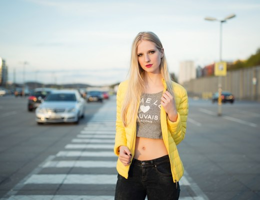 yellow-gelbe-jacke-blogger-ootd-outfit-adidas-superstars-bauchfrei-shooting