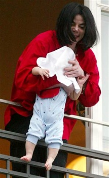 Michael-Jackson-Dangling-Baby-Son