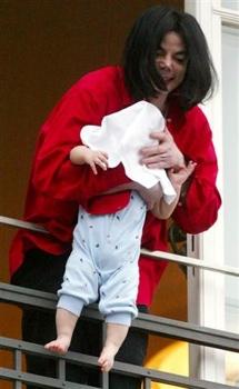 Michael-Jackson-Dangling-Baby-Son