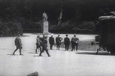 Hitler And German-Nazi Officers Staring At French Marechal Foch Statue June25 1940.Png