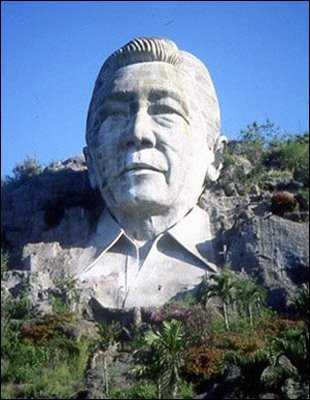 Ferdinand-Marcos-Statue-Wide-Shot