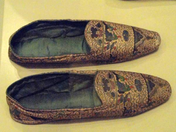 Men's Informal Slippers, England, C. 1845-1855, Printed Leather With Silk Tabby Lining - Patricia Harris Gallery Of Textiles %26 Costume, Royal Ontario Museum - Dsc09461