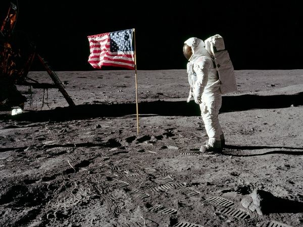 Flag-Waving-Moon-Landing 9803 600X450