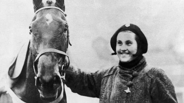 2447109No71-Golden-Miller-with-owner-Dorothy-Paget-after-winning-the-1934-Grand-National-at-Aintree-1811075