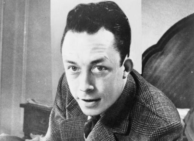 9_Albert_Camus,_gagnant_de_prix_Nobel,_portrait_en_buste,_posé_au_bureau,_faisant_face_à_gauche,_cigarette_de_tabagisme