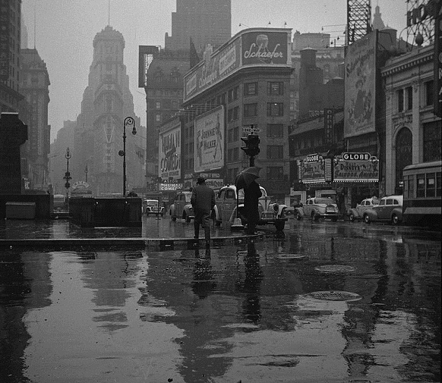 Times_Square_on_a_Rainy_Day_1943_John_Vachon