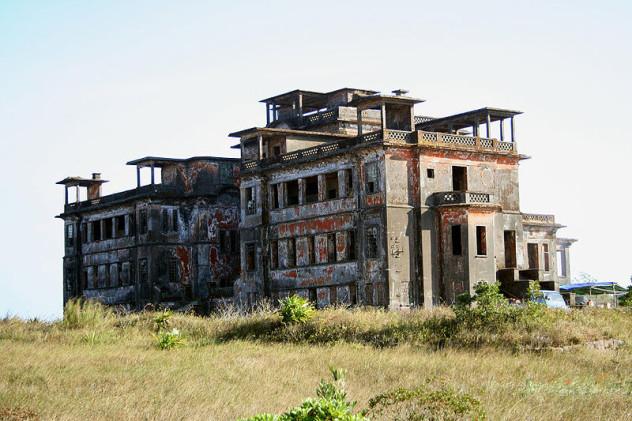 800px-Bokor_palace_hotel_Cambodia