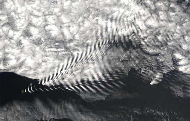 island cloud waves
