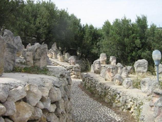 il castello incantato_sentiero con sculture