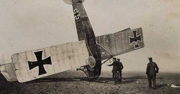 800px-Crashed_World_War_I_German_airplane