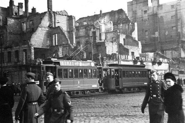 800px-Warsaw_during_WWII_-_Rondo_Dmowskiego