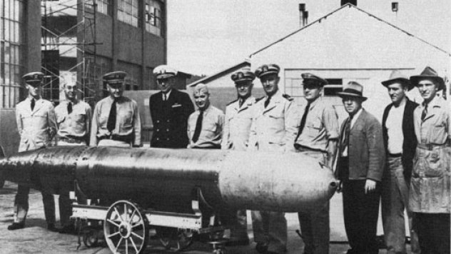 Captain_Theodore_Westfall_and_Captain_Carl_Bushnell_of_the_Bureau_of_Ordnance,_inspect_the_Naval_Torpedo_Station's_first_Mk_14,_1943
