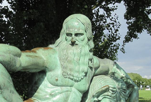 Relaxing da Vinci Statue
