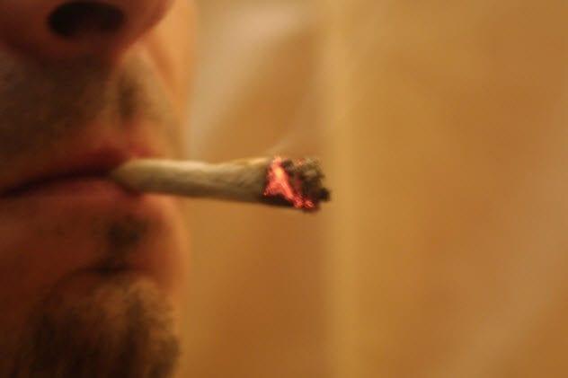 3a-smoking-pot-94997315