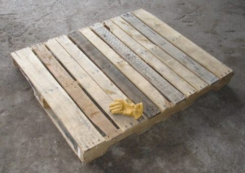 Wooden_pallet_with_glove