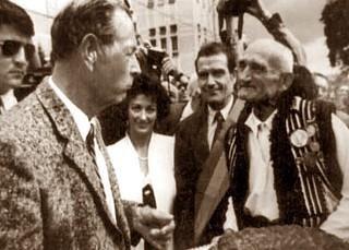 Veteranul Ilie Tudoreanu primind pe Regele Mihai I al Romaniei în 14 august 1997, Campulung Moldovenesc