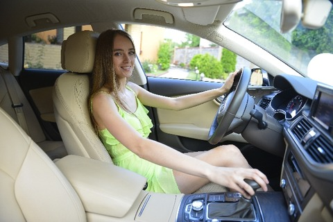 【悲報】車の助手席で枝毛切ってる彼女がとったあり得ない行動wwwwwwwww