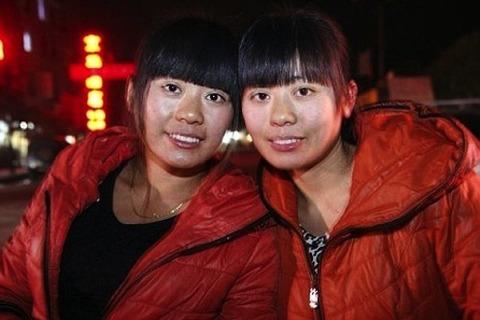 【中国】 自分にそっくりだというもう一人の自分を捜しに旅に出た女性、生き別れの双子に出会う