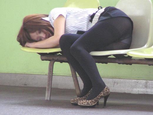 画像★ベンチでパ○チラしながら寝てる女★★★★★★★★★★